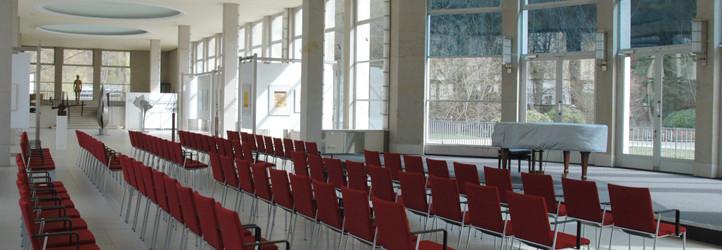 Bestuhlung und Bühne